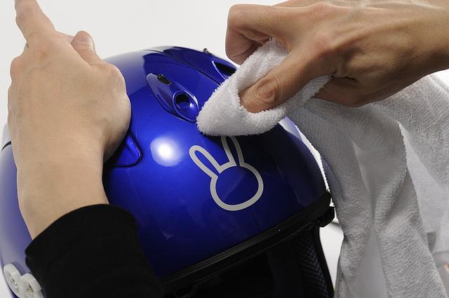 画像: ⑨ガイドラインを消す 最後に、ヘルメットに引いたガイドラインを、脱脂剤でふき取って消す。 アルコール類やシリコンオフ、パーツクリーナなら塗装への影響はほとんどない。 シンナーやトルエン等はダメだ。