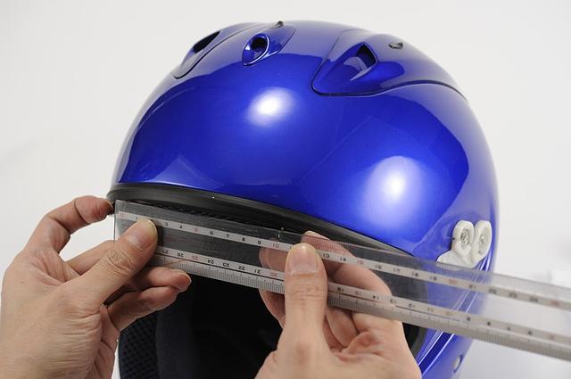 画像: ④貼る相手にもガイドランを作る ステッカーに引いたガイドラインと合わせるためのラインを、ヘルメットにも引く。 今回は左右センター合わせなので、貼り付け面の上下に引いた。 下側は、ヘルメットのブローシャッターの間を採寸し、そのセンターに……