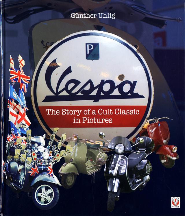 画像: Vespaファミリー生態図鑑 Vespa - The Story of a Cult Classic in Pictures ベスパ、写真で知るカルト・クラシック物語 ¥7,000 (税抜) 物語はメッカ-ポンテデーラの工場跡、ピアジオミュージアムを訪ねるところから始まります。経営者E・ピアジオの先見の明とC・ダスカニオの合理的デザインの称賛も束の間、そこからは現在を生息するVespaオンパレード。ローマウントランプ最古のシリーズV98、ハンドルバー高さにランプが移動現代的になったVNB&VBB、スポーツモデルGSとGLに始まる現代へのモデルライン。小さくて偉大な小排気量モデルに、その他海外生産モデルやサイドカーなど。Vespa乗りの生態例写真含め、タイプごとの車両に寄り添い、'どのVespaにしようか?'品定めするかのように個性をじっくり味わえる。著者20年ぶり渾身の一作です。
