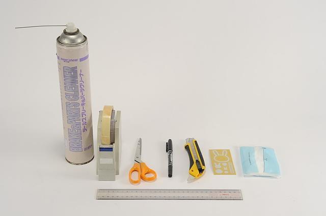 画像: ①まずは道具を揃えましょう メンテナンス同様、無計画なスタートが後々悲劇を生むのはステッカーも同様です。 まずは必要な道具をすべて揃えましょう。 必要な道具は家にあるもので十分かもしれません。 ・脱脂剤(アルコール、シリコンオフ、パーツクリーナーなど) ・ハサミ ・メジャー又は定規(定規ならプラスチック製の短い物が良い) ・はがしやすいテープ(マスキングテープ、セロテープなど) ・細めのマジック ・ティシューペーパ など。