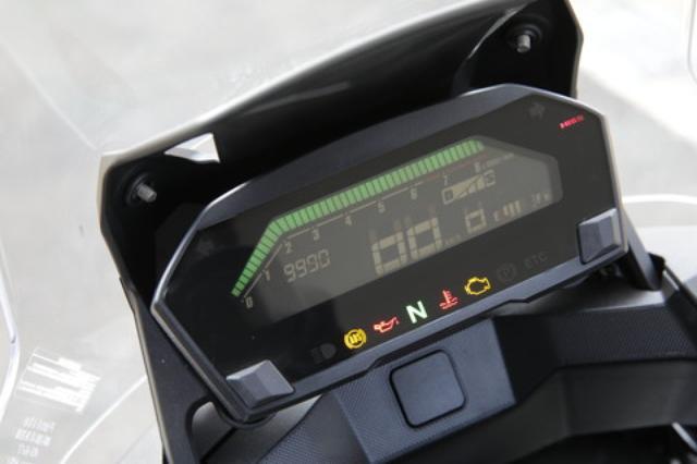 画像: 一体型の液晶メーターは今回から反転表示にするとともに面積を拡大。表示色可変機構も採用し、走行状態や燃費状況を色で知らせるほか、好みのカラーに固定することも可能。