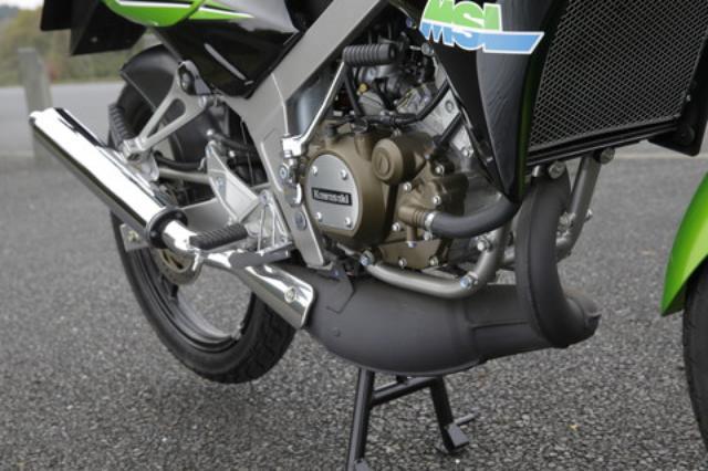 画像: エンジン手前で一度とぐろを巻くような形状を採用するユニークなチャンバー。前モデルのヴィクターからはレイアウトが変更され、サイレンサーはメッキ仕上げとなる。