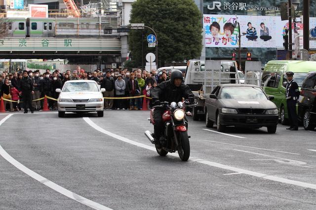 画像: バイクを使った事故再現では、突然の飛び出しに対する単独転倒と、 交差点での右直事故を再現。