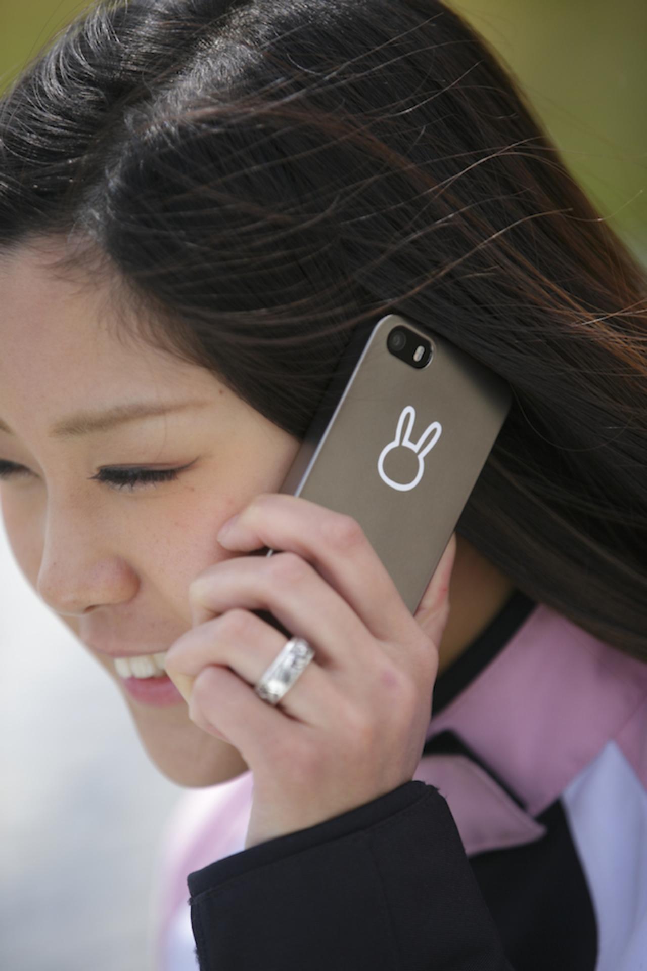 画像: ガンメタのiPhone5S 用ケースに、白の小さいステッカーを貼ってみました。