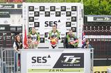 画像: レース後に表彰台に立つ、チームMUGENのJ・マクギネス選手(中央)、B・アンスティ 選手(左)。写真右は第3位のオハイオ州立大  ロブ・バーバー選手。決勝には9台のマシンン がエントリーしていた。