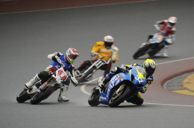 画像: トップを行くノブのJSBに迫るモタードとオートレーサー! オーバルコースではGP2マシン くらいのサイズ&パワーが最速 かもしれないね!