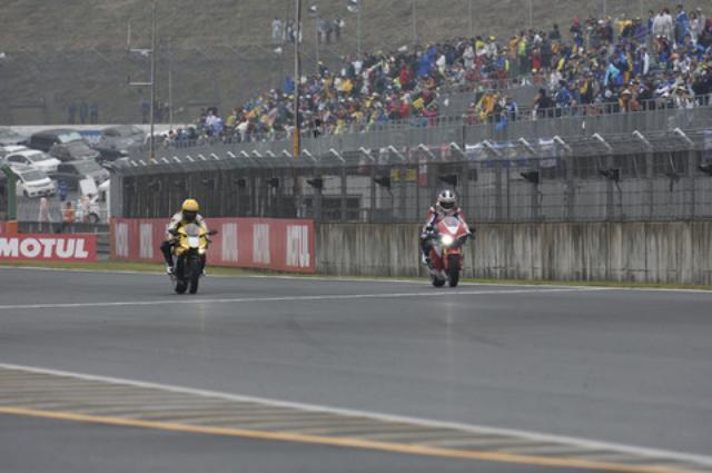 画像: < 日本GP 2015 >レジェンドライダーが最新モデルでデモラン!