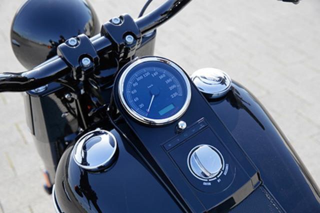 画像: エンジン回転数やギア段数を表示する小型画面が埋め込まれた単眼スピードメーターをタンク上にマウント。給油キャップを左右に配備、左はダミーで燃料計を内蔵する。