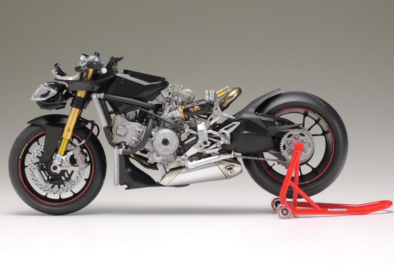 画像: エンジンを核とする特徴的な車体構造を再現。
