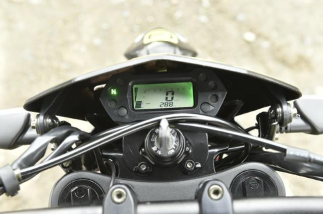 画像: オール液晶のメーターはデジタルの速度計とバーグラフ式のタコメーターを完備する。照明は目に優しいグリーンだ。イグニッションキーは専用ロゴの入ったヘッド付き。