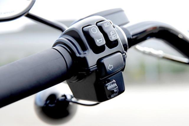画像: クルーズコントロールや油圧式クラッチはSシリーズだけの特権。クルーズコントロールはスイッチを1度押すとスタンバイ、さらにスイッチを下に押し下げるとセットされる。
