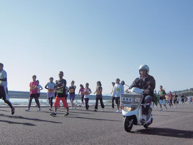 画像1: 第二東名を走る電動スクーター「e-Let's」!