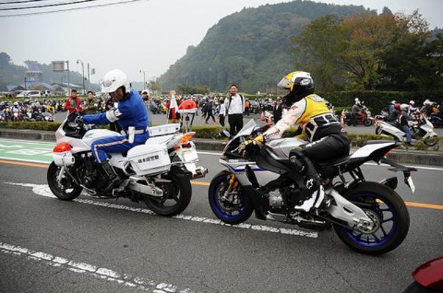 画像: パレードに参加したアンバサダーたち。上からリーダー、福ちゃん、村田ちゃん、ボン それにRGTCメンバーであるモデルの落合恭子ちゃんと スタート前に白バイに追突してちょっかい出すケニー。ホントじっとしてねぇ(笑