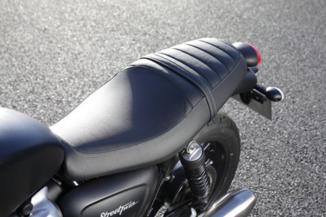 画像: シートはライダーの着座部分を絶妙に絞り込んだ形状として、高い足つき性を確保。小柄なライダーでもバイクとの一体感を得られやすく、安心感を大きく高めている。
