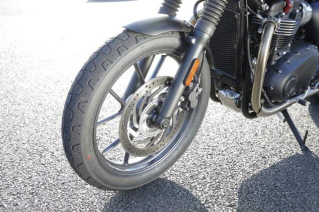 画像: フロントタイヤは18インチ化され、タイヤも1サイズ細い100/90-18を採用。ハンドリングをクイックなものとしながら、同時に走破性も高めている。標準装着タイヤはピレリ。