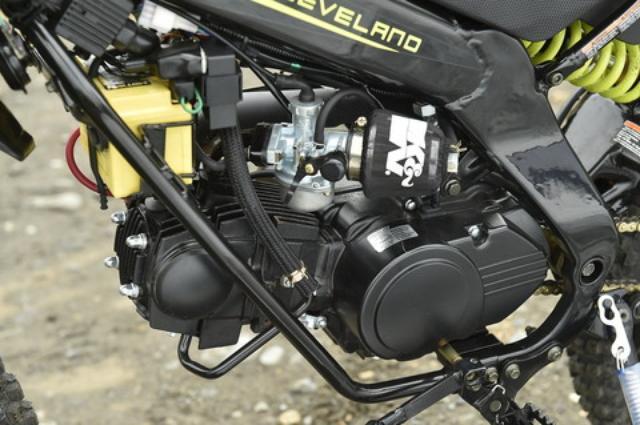 画像: 空冷のOHC2バルブエンジンは106.7cc。元気よく回ってくれるのが楽しいシングルユニットだ。日本仕様のスペックは未公表だが、本国のアメリカ仕様では7HPを発揮する。