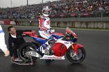 画像: そして、フレディ・スペンサーさんが乗ったのは、 MotoGPマシンレプリカのホンダRC213V-S!