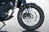 画像: マルゾッキ製の倒立フォークは50mm径という太目のものを採用。フォークのトラベル量は155mmと多めに設定されており、このバイクの高い走破性にも大きく貢献している。