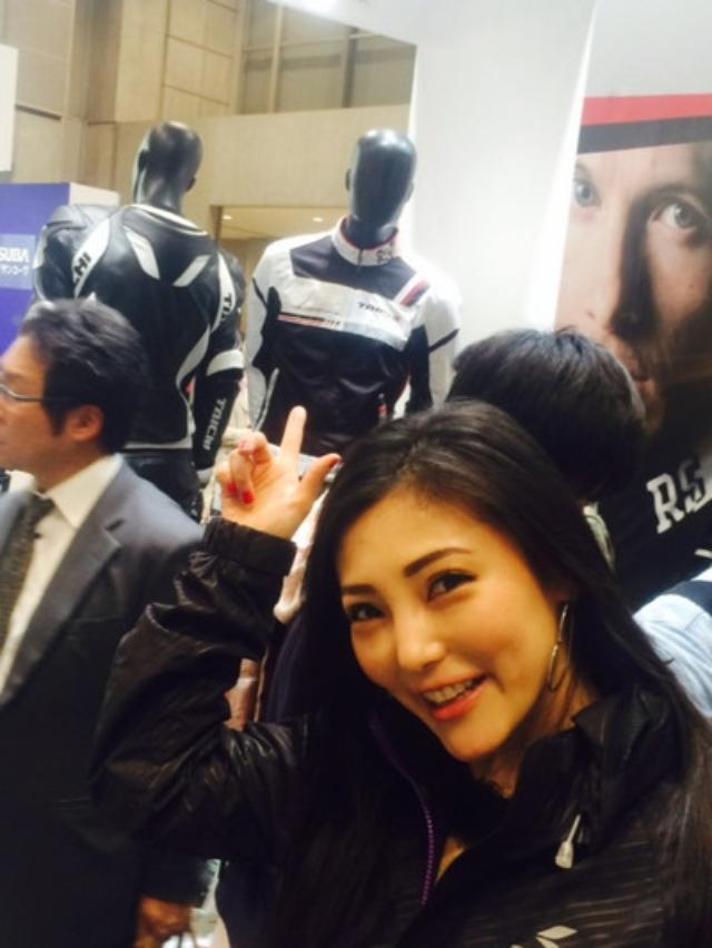 画像: ↑東京モーターサイクルショーの写真。 あたしが着ているこちらのクールなパーカーもTAICHIさんでございます。 http://pro.rs-taichi.com/product/RSJ301.html ライディングを終えた後の、普段遣いにもお勧め アウトドアシーンを思わせるカジュアルテイスト満載の防滴パーカです。 春から今、まさに、あたしも着てます