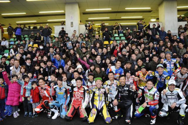 画像: レース後、たくさんの観客のみなさんと。やー、いい笑顔です♪