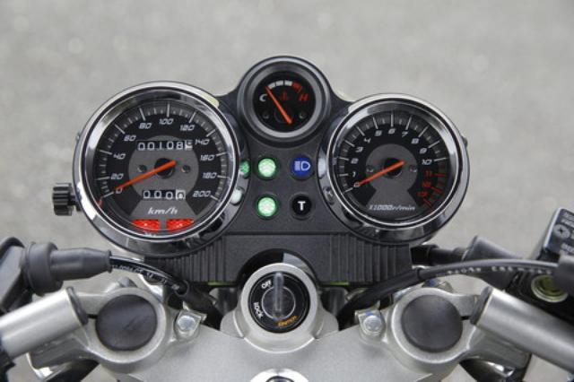 画像: メーターはアナログの3眼式で、スピードメーターはフルスケール200km/h。ユニークなのはインジケーターの「T」で、これはトップギアに入ったことを知らせるためのもの。