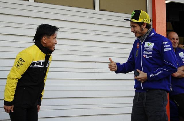 画像: 木曜の車両撮影の時、ピットロードにあらわれたバレンティーノ・ロッシ。 ロッシ「お、ナカスガサーン、8耐優勝おめでとーねー!」 中須賀「ハッ!ありがとうございます!」 日本最速の男が直立不動でお辞儀とは!(笑 「だっておめでとうとか言われて、嬉しかったんだもん」(中須賀)