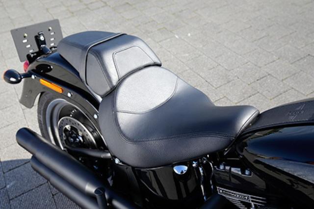 画像: シート高は670mmと低く、足着き性は抜群。座面が広く快適なサドルシートながら、先端を絞り込むことで両足を出しやすくしている。スリムなリアシートはセパレート式。