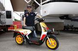画像1: MotoGPのパドックに、レプソルカラーのEV-neoが登場!