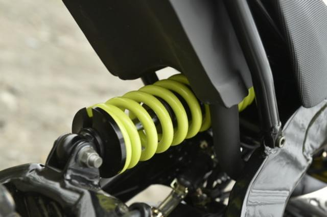画像: グリーンのスプリングを持つショックはスイングアームに直接マウントする直押し式。アメリカ仕様のショック長は290mmだが、日本仕様は未発表。アジャスト機構はない。