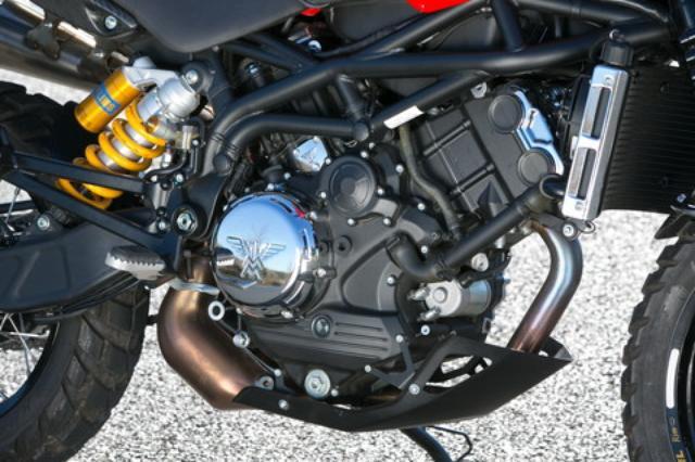 画像: オリジナルの自社開発エンジンは、87度というやや狭角のDOHCVツインで、1187ccの排気量から、117PSを発揮。アンチホッピング機能付きのAPTCクラッチも標準となる。