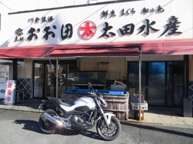 画像: 国道135号線沿いにある「魚処 おお田」。 店舗前に駐車場があるのでバイクでも車でも大丈夫。