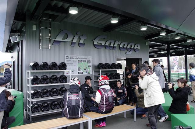 画像: 実際の走行時は、各種プロテクターとヘルメットを装着。 いずれもレンタル品が用意されているので、手ぶらで楽しめるのが特長。