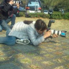 画像: 撮影は男性顔負けの、女性カメラマン。