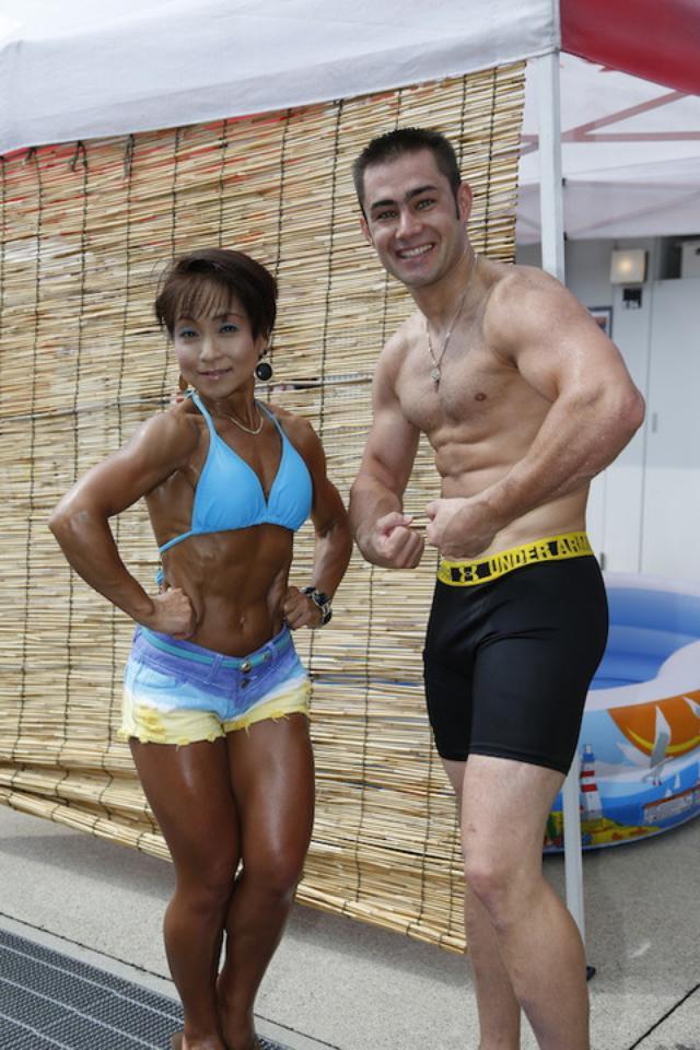 画像: すると、現在トップを走るMuSASHi RT HARC-PROの レオン・ハスラム選手がパンツ一丁で登場!(決勝レース直前でした) まったく前後関係が無い、突然の登場でしたが、 ハスラム選手の身体もスゴイ筋肉! そして、スゴイ余裕!