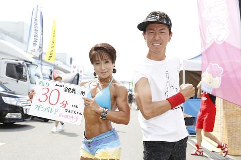 画像: まずは偶然通りかかったチュートリアルの福田さん。 このブログでも、月刊オートバイでもお馴染み! RGTCオリジナルTシャツで登場です!