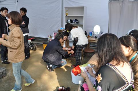 画像: 試乗希望の女性にはプロテクター、靴、パンツ、ヘルメットなどの 装備を貸し出し。更衣室にはミラーにドライヤーにヘアアイロン、 ウェットティッシュなど、そのきめ細やかな心配りは流石です。
