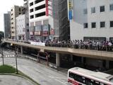 画像: ちなみにこの写真は先月(6/25)、三鷹駅開業80周年記念入場券 (1330円・800セット限定)を求め既に500人近くが並んでいました。中には 駅長にサインをしてもらう鉄道ファンも! それにしても平日ですよ〜!? 1時間で完売