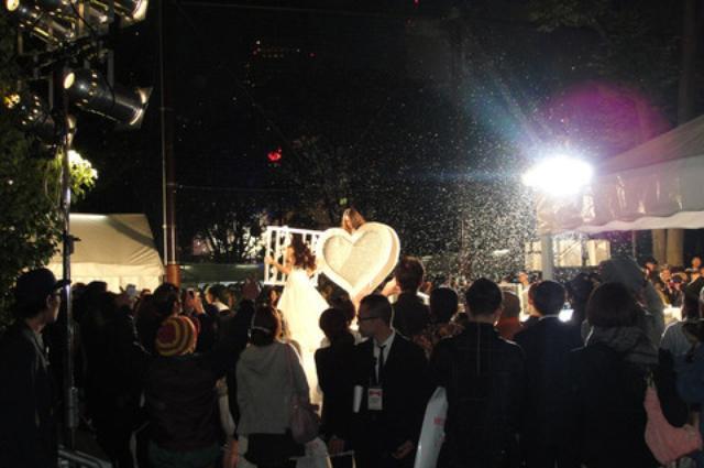 画像: 日が落ちる頃、宮下公園では東京コレクションが始まりました。 MIKIO SAKABE、Jenny Fax、banal chic bizarre、writtenafterwardsの 4ブランドが「2013 S/S COLLECTION」を発表。 ステージの周りはすごい人で、前に行けないほどです。