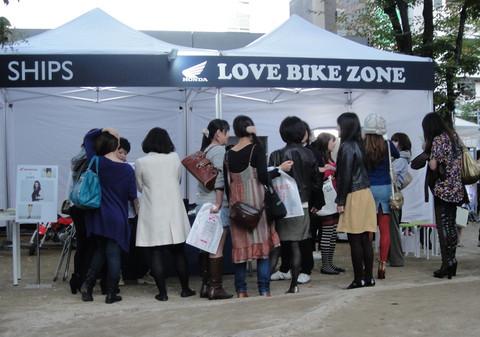 画像: ブースの前で賑わう若手女子。この女子率の高さ! バイクのイベントではなかなか見られない光景です(笑)