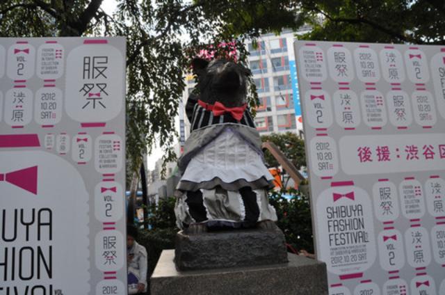 画像: ドレスアップしたハチ公。 約450点の応募作品の中から大賞に輝いたのは 大阪芸術大学・串野由季さんの作品。 20日朝〜22時まで展示されました。