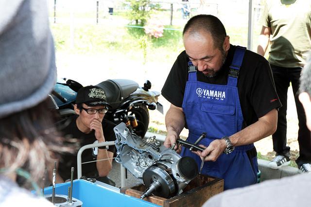 画像: ヤマハブースでは昨年好評だった 「SRエンジン解体ショー」を今年も実演。