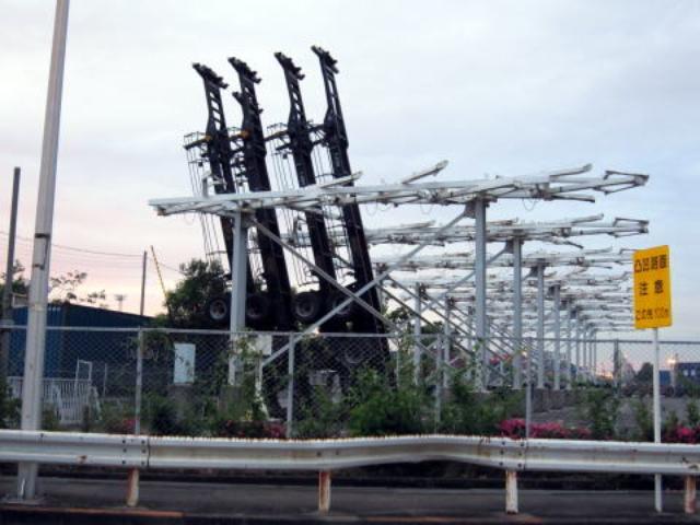 画像: 本牧埠頭のコンテナヤード。 コンテナのベースってこうやって立てて保管されてるって、知ってた?