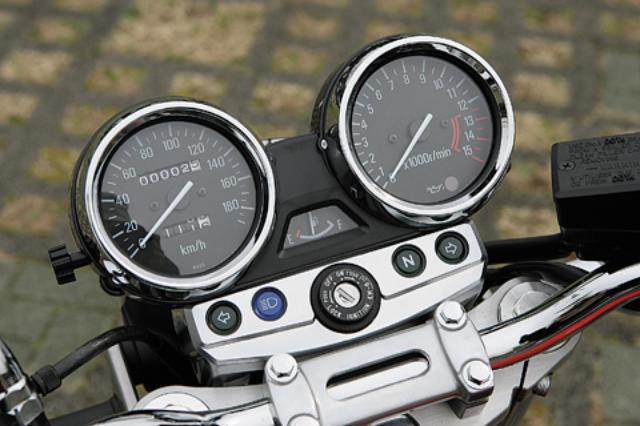 画像: メッキ仕上げの砲弾型ケースに収まったアナログ2連メーター。左が速度計、右が回転計、中央に小さく見えるのは燃料計。