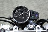 画像: メーターはアナログの速度計のみ。オドメーターだけでなくトリップメーターも装備。