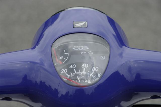 画像: 100km/hスケールのアナログスピードメーターを中心に、大きめの燃料計も表示される。