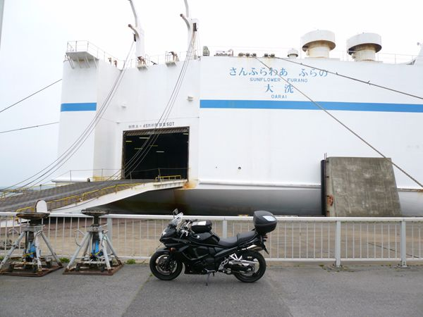 画像: 大洗のフェリーポートに寄り道。「このまま積んで北海道を回りたい!」という気持ちになったのは、長距離走行が得意なバンディットに乗っていたからか?