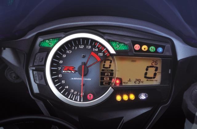 画像: アナログ回転計に液晶表示を組み合わせたメーターパネルには、シフトインジケーターも装備する。