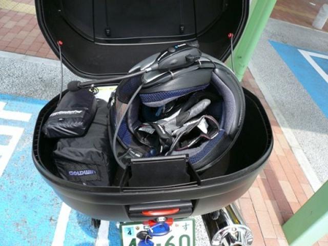 画像: トップケースはちょっとバイクから離れるときに、素早くヘルメットを収納できるのが便利。B+COMをヘルメットに装着したままでも楽々と収まった。梅雨時期なのでレインウエアとインナージャケットも常備しときました。
