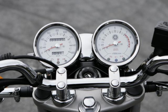 画像: クラシカルデザインのホワイト文字盤を新採用。FI化されたことに伴い、下部のインジケーター に燃料警告灯が追加された。