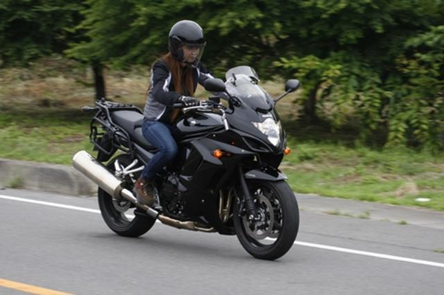 """画像: 「オートバイ女子部」の古澤メグミもケース類を全部外した""""素""""の状態で試乗。『何でだかわからないけど安心できますね』というコメントは結構深い。"""
